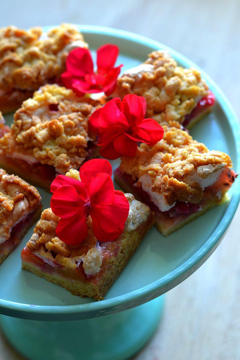 Kruche ciasto z owocami i bezą