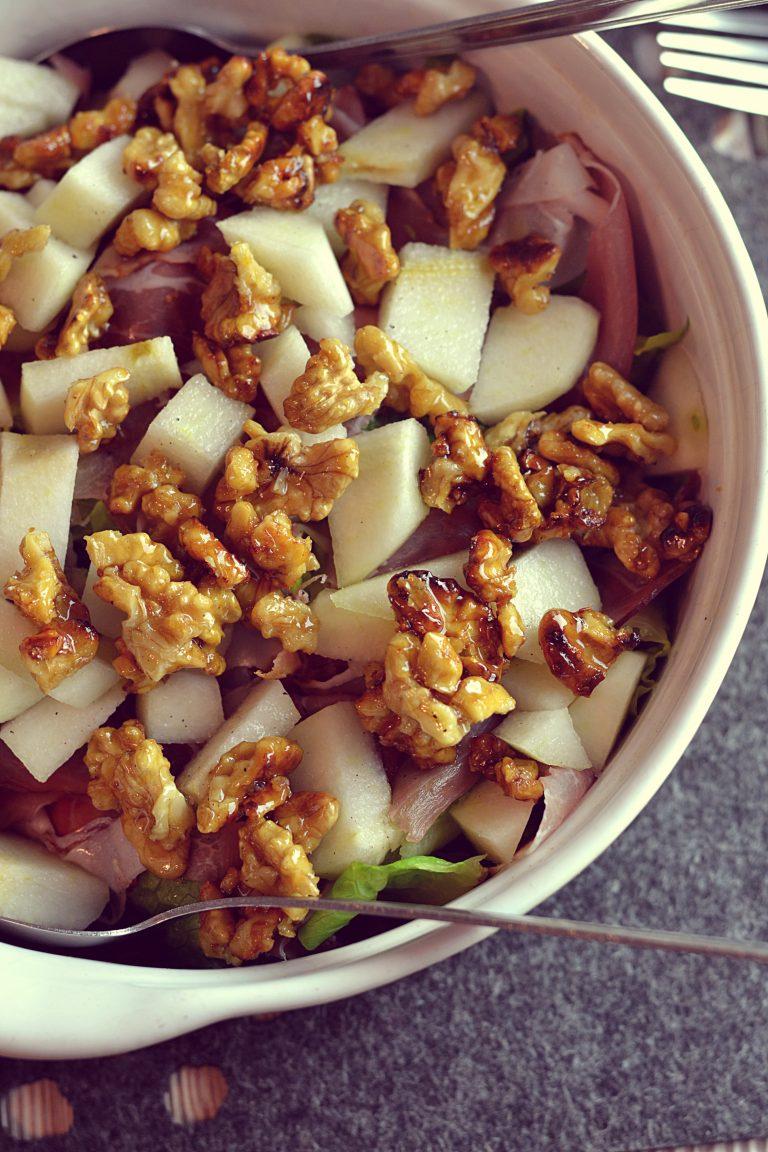 Jesienna sałatka z gruszką i karmelizowanymi orzechami
