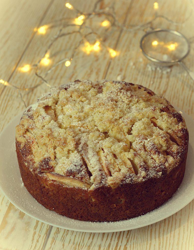 Małe ciasto z jabłkami i kruszonką