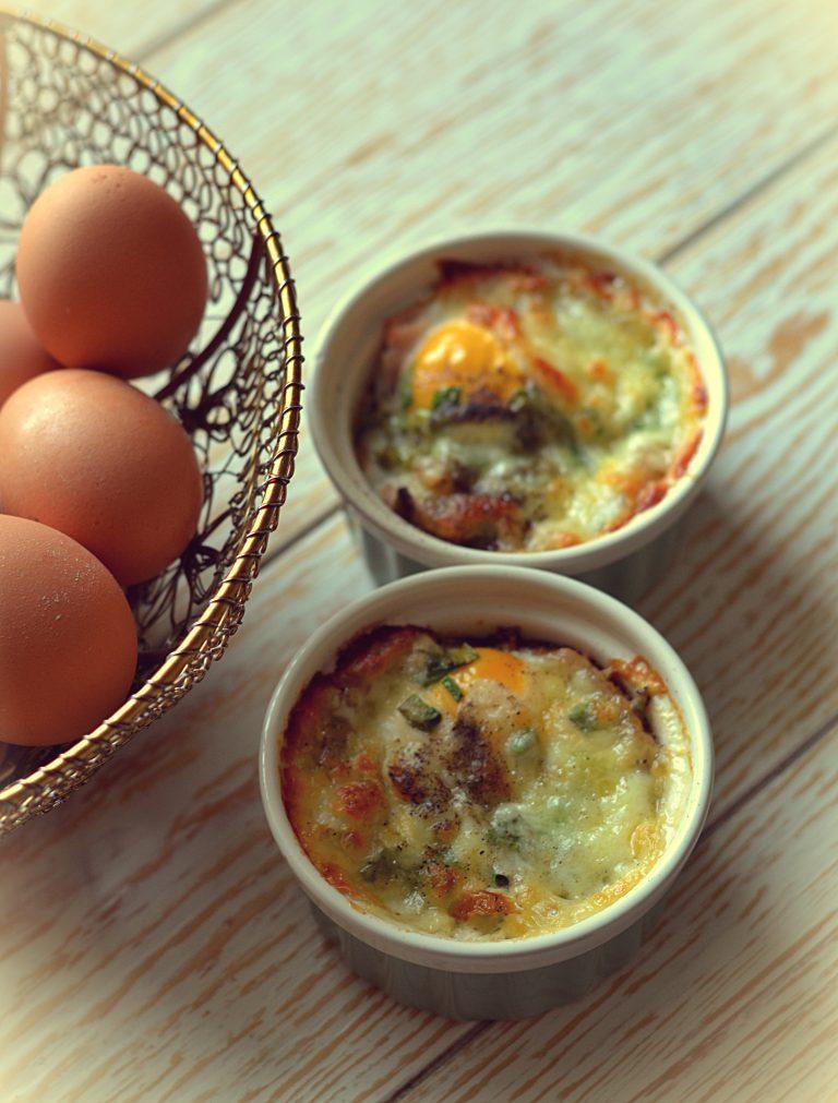 Jajka zapiekane w chlebie z mozzarellą