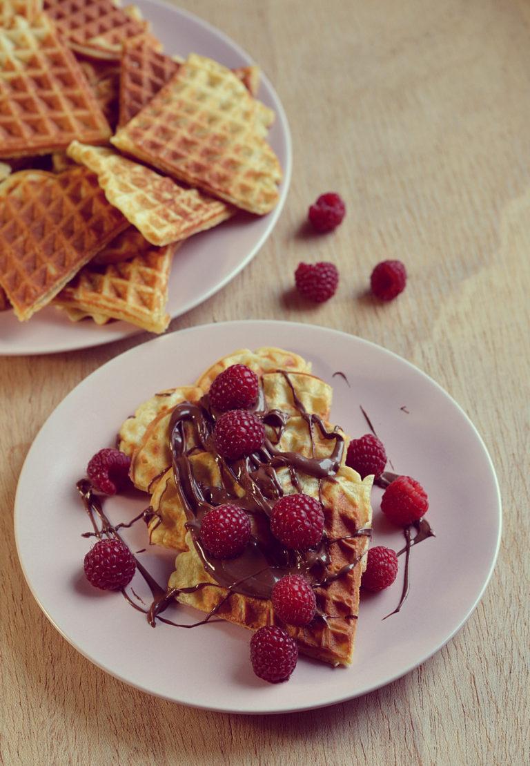 Gofry z kremem orzechowo-czekoladowym i malinami